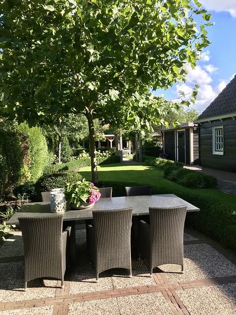 Tuinset met rieten stoelen landelijke tuin