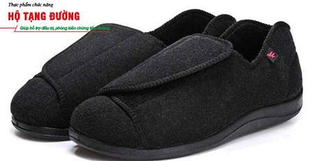 Nên mang giày dành riêng cho người tiểu đường để phòng ngừa biến chứng loét bàn chân