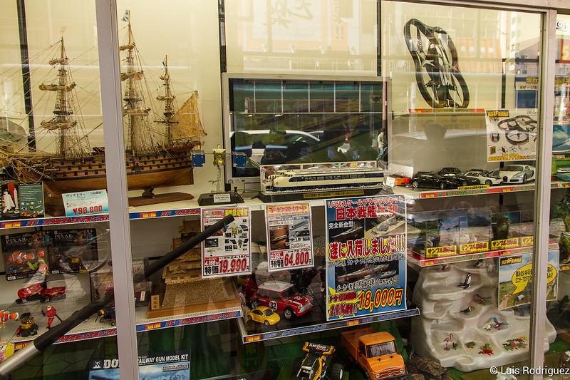 Juguetes y coleccionables en exposición en Den Den Town