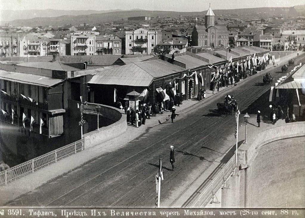В дни пребывания Их Императорских Величеств в Тифлисе. Проезд через Михайловский мост