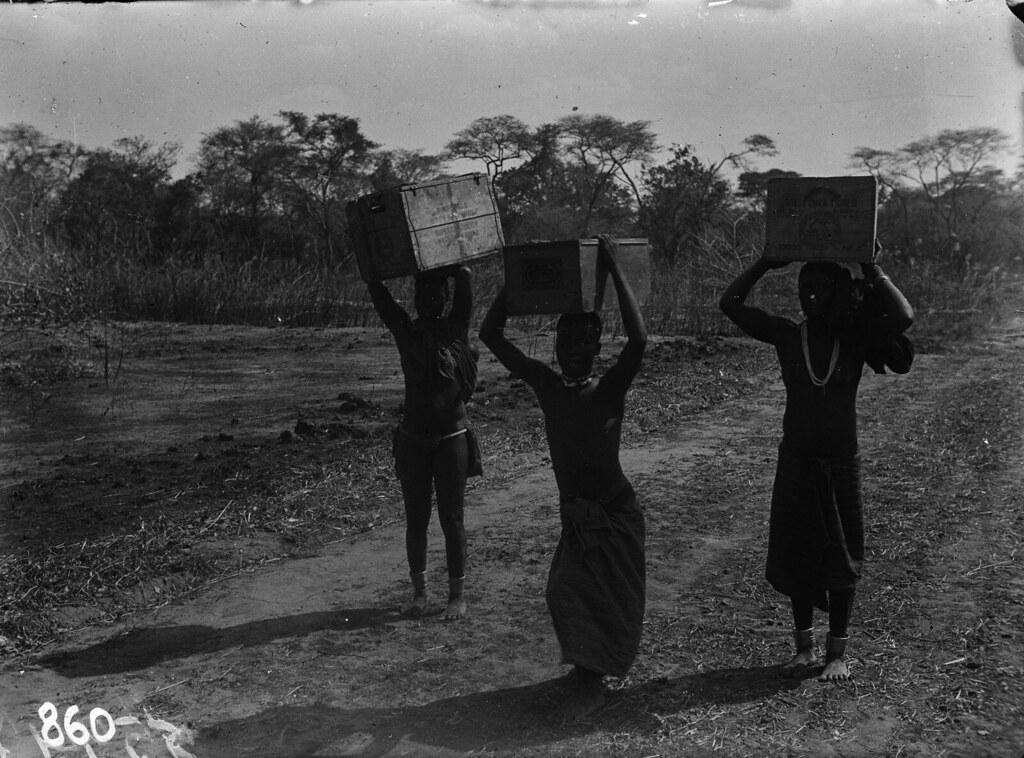 Чама. Три женщины на проселочной дороге с коробками на голове