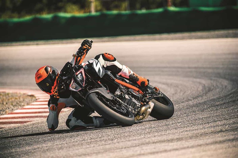 KTM 1290 SUPER DUKE R_Action 01
