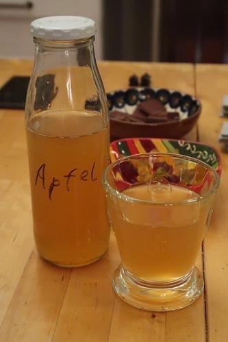 Apfelsaft (aus den kleinen grünen Äpfeln von einem Baum im Garten von Freunden)