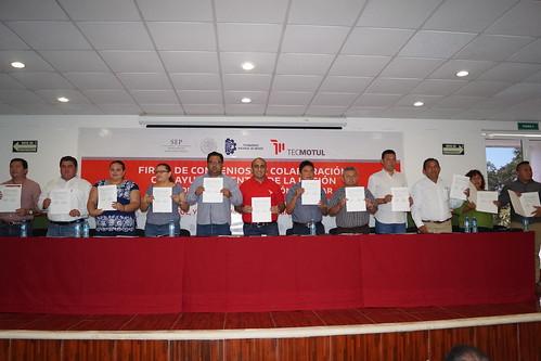 Firma de convenios con municipios de la región