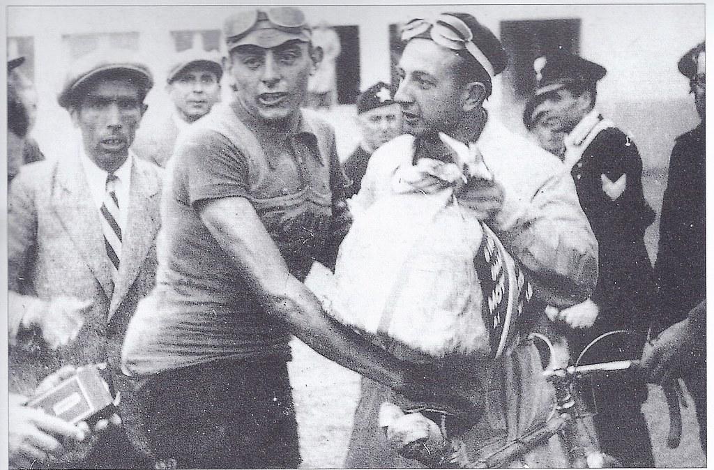 Dopo l'arrivo trionfale nella Firenze-Modena, F.Coppi viene premiato con un grande panettone (Giro 1940)