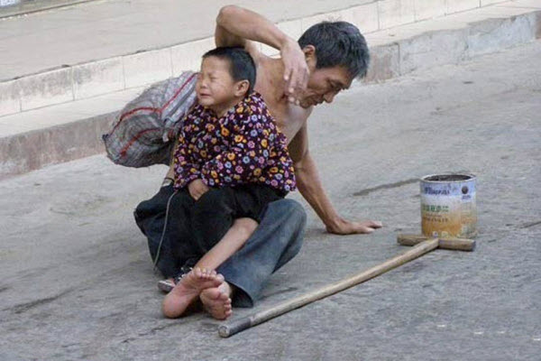 child-beggars-photographed-by-chinese-netizens