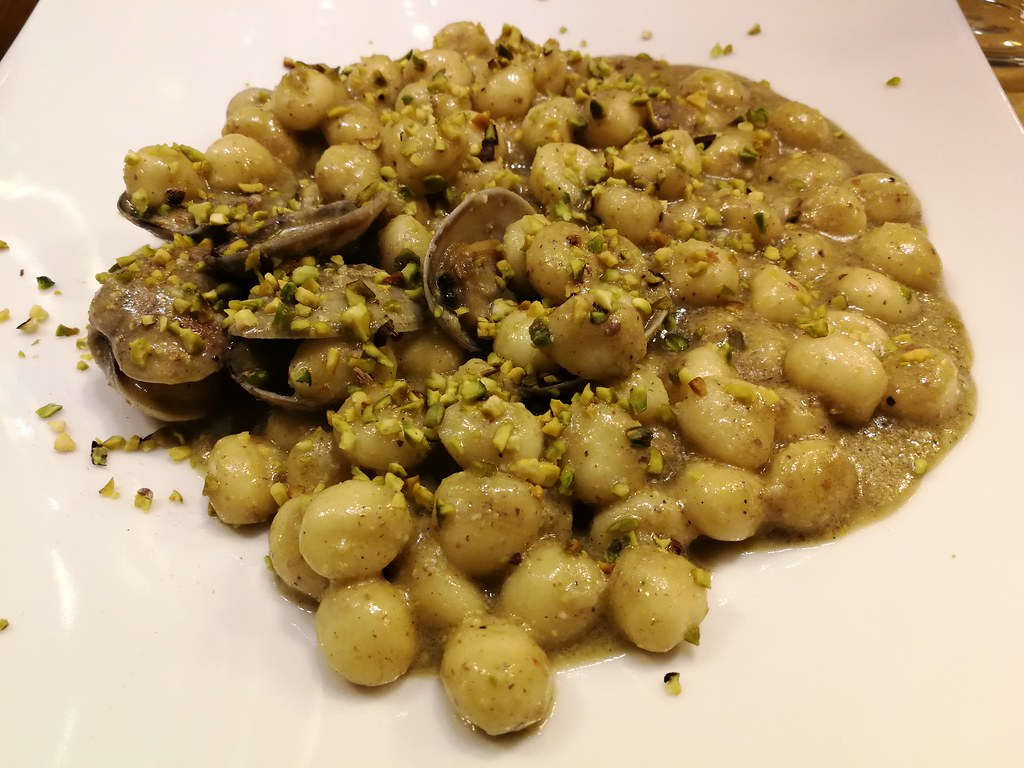 gnocchi with clams in a pesto and lime sauce topped with crushed pistachios, Il Guercio