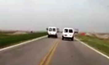 movil oficial pasando un auto en doble linea amarilla 1