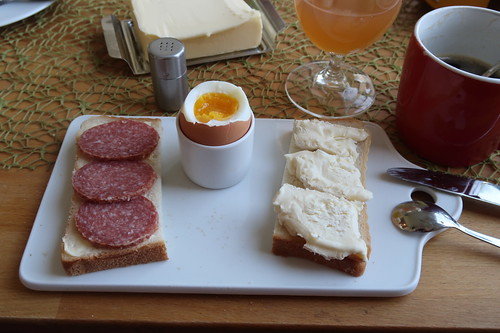 Frühstücksei zu Sommerwurst und Peyrigoux auf ungetoastetem Toastbrot