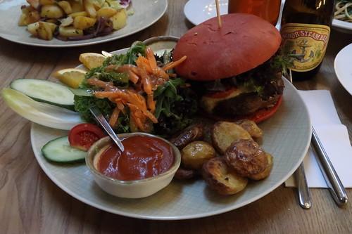 Stanton Burger mit Anchor Steam Bier im Café Stanton (Köln)