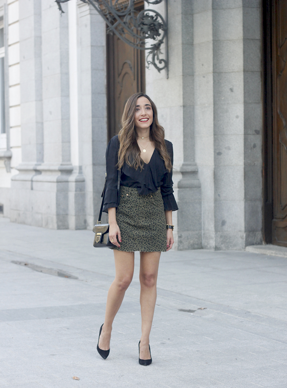 leopard denim skirt givenchy bag street style outfit 2018 autumn04
