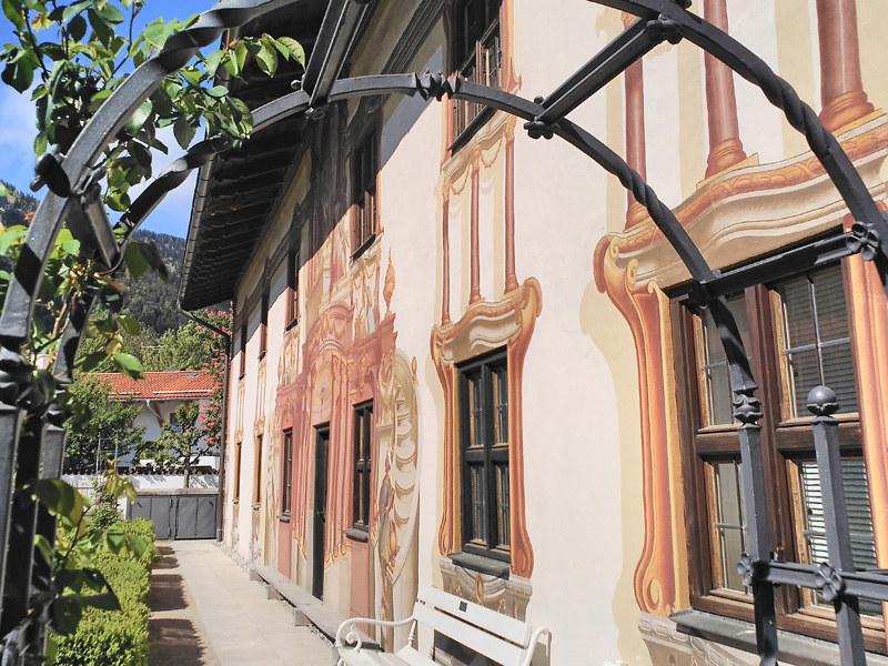 El pueblo de Oberammergau es de los más famosos y bonitos de Baviera y Alemania por sus casas de fachadas pintadas