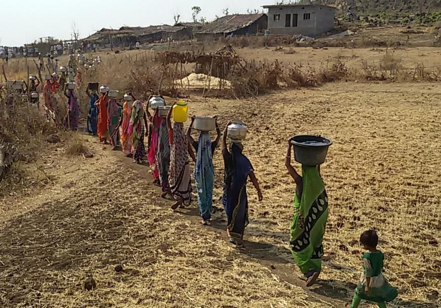 दूर खेतों से लाना पड़ता है पानी