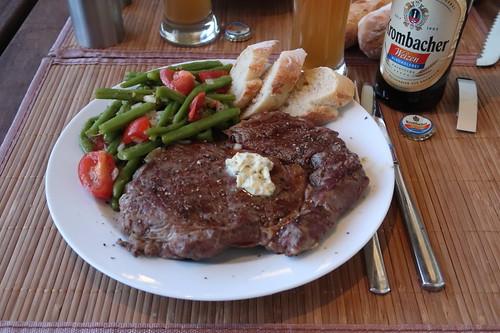 Gegrilltes Entrecôte mit Salbeibutter, Bohnen-Tomaten-Salat und frischgebackenes Baguette
