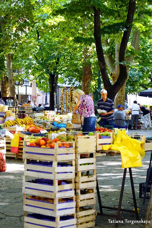 Продажа овощей и фруктов на рынке в Требине
