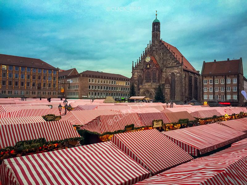 · Mercado de Navidad de Núremberg a los pies de la Frauenkirche·