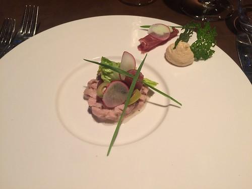 Tartare de veau et thon rouge / câpres  / radis / sucrine / olives vertes