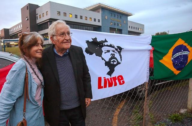 Noam Chomsky e sua esposa, Valeria Wasserman, em frente à Superintendência da Polícia Federal em Curitiba - Créditos: Foto: Lia Bianchini