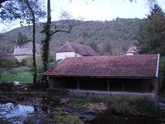 Ancien lavoir dans le hameau de Saint Bois