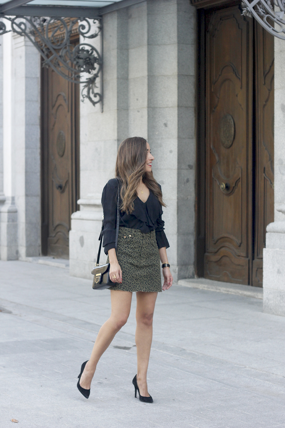leopard denim skirt givenchy bag street style outfit 2018 autumn02