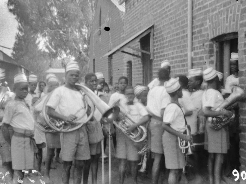 Солсбери. Группа мальчиков школьного оркестра перед зданием