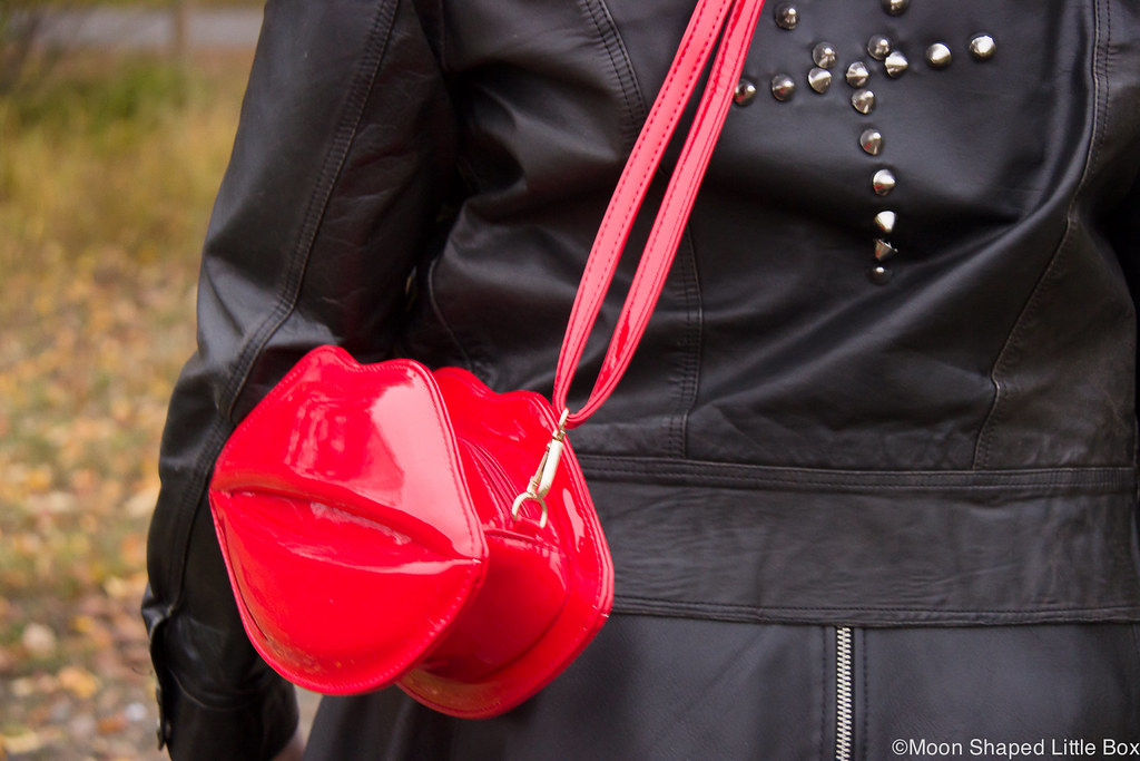Lip bag, leatherskirt, outfit, shiny leather bag