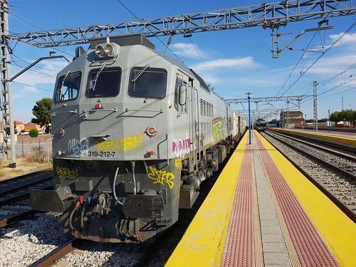 90185 esperando a ser adelantado por un region en Cortés de Navarra con la 319212 en cabeza