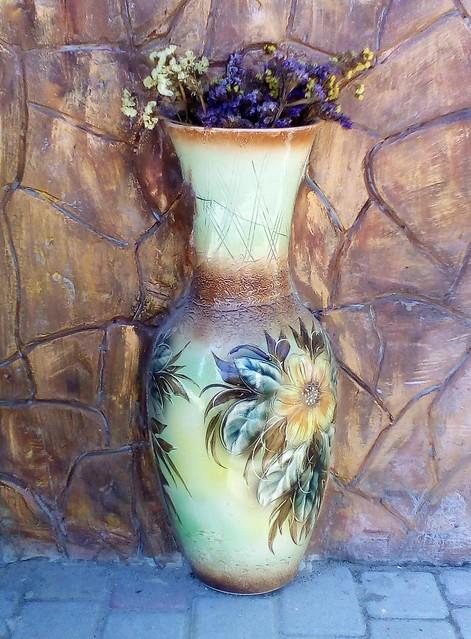 Разбитая ваза в интерьере