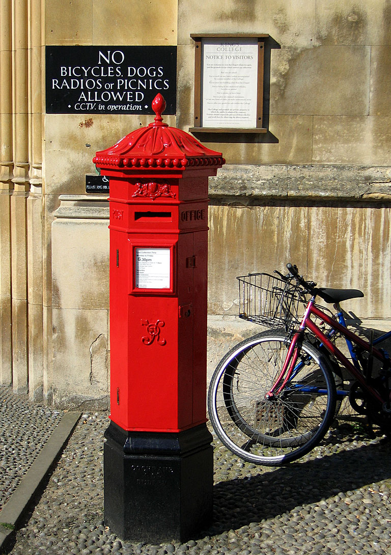Penfold-type Victorian post box on King's Parade, Cambridge, by the main gate of King's College. This was the standard design for UK Post Office boxes between 1866–1879. Photo taken by Andrew Dunn on September 9, 2004.