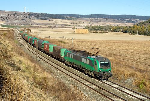 Tramesa Bilbao Mercancías-Aranda de Duero con la 601.009 a su paso por Santa María del Invierno.