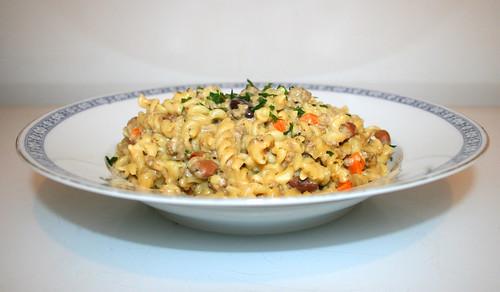 Fussili stew with beans & carrots - Side view /  Spirelli-Topf mit Bohnen & Möhren - Seitenansicht