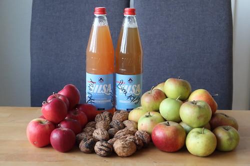 Apfelsaft, Birnensaft, rote Äpfel, Walnüsse und Boskoop (von Freunden)