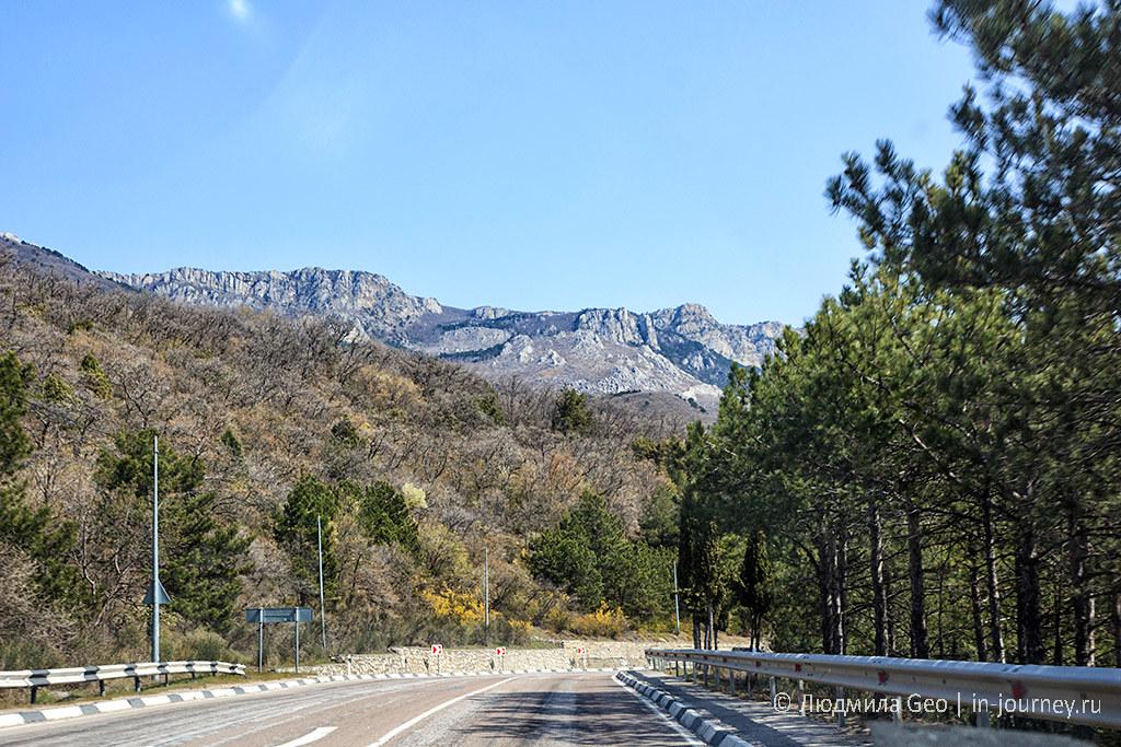 дорога с видом на горы в Крыму