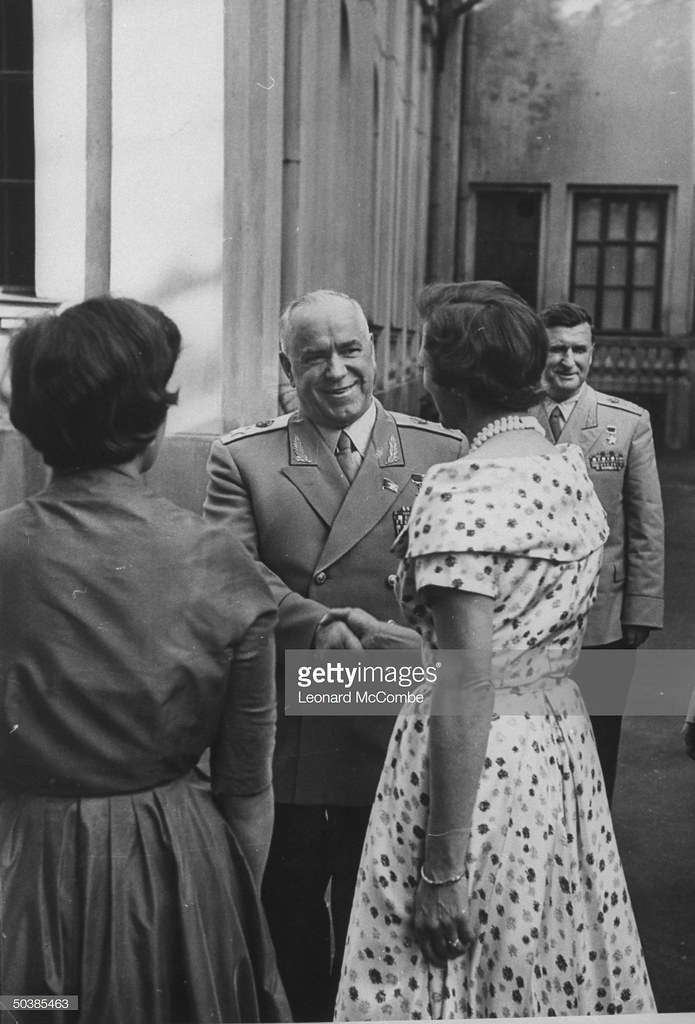 Георгий Константинович Жуков беседует с двумя женщинами