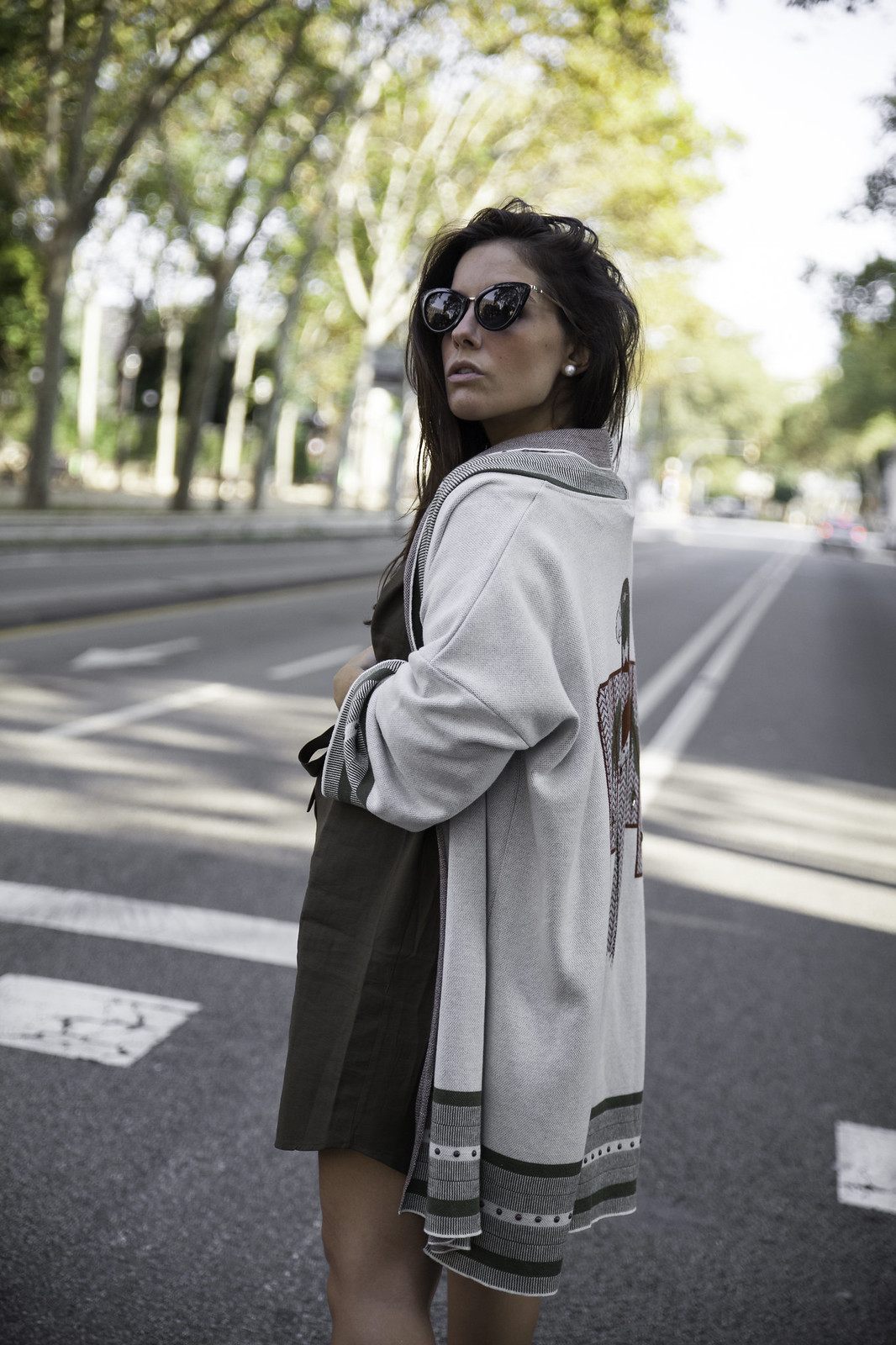 013_Como_combinar_un_cardigan_khaki_etnico_otoño_theguestgirl_rüga_laura_santolaira_influencer_embarazada_fashion_street_style_barcelona