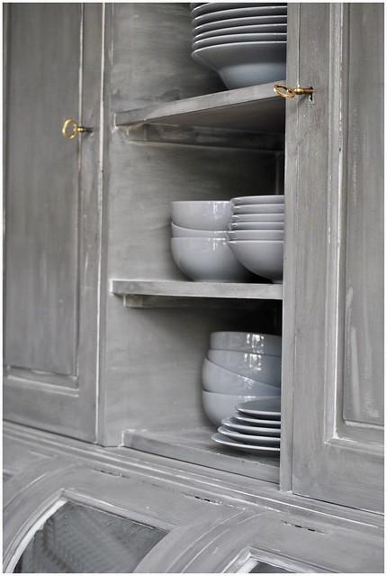 Buffetkast open grijs serviesgoed