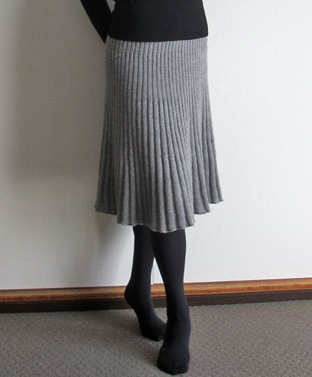 4821da7311849d 1目ゴム編み28段、2目ゴム編み38段、3目ゴム編み40段、4目ゴム編み65段、ウエストのベルトに20段。それで8玉をほぼ編みきりです。