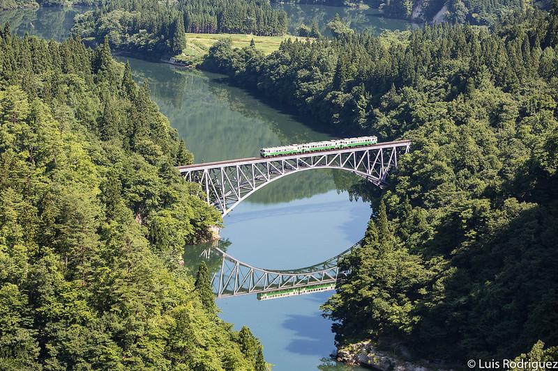 Tren de la línea Tadami cruzando el primer puente sobre el rio