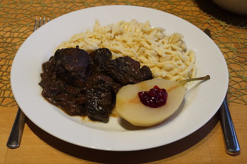 Hirschragout mit Spätzle und heißen Birnen mit Preiselbeeren (Rest am zweiten Tag)