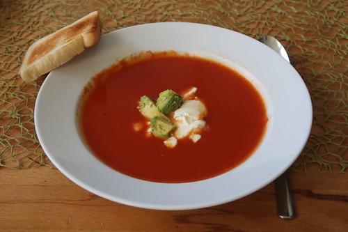 Tomaten-Chili-Suppe mit Avocado