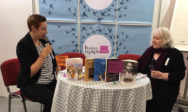 Tiina Lehtineva haastattelee Anna Amnellia.