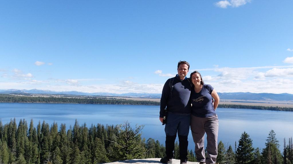 Vistas maravillosas con el lago detrás