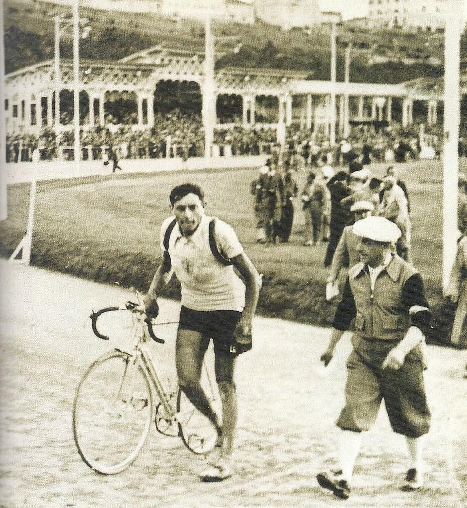 Giro d'Italia 1940  F.Coppi con il suo direttore sportivo della Legnano Eberardo Pavesi dopo l'arrivo della tappa conclusa a Trieste
