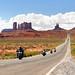 10. Motoristas cruzando la carretera más famosa de Monument Valley