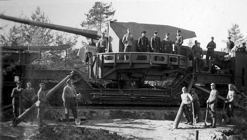 Finnish gunners with a captured Soviet 180-mm railway Gun TM-1-180.