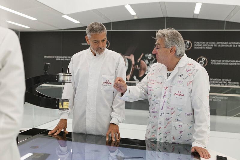 ジョージ・クルーニー、スイスのオメガ最新工房を訪問!