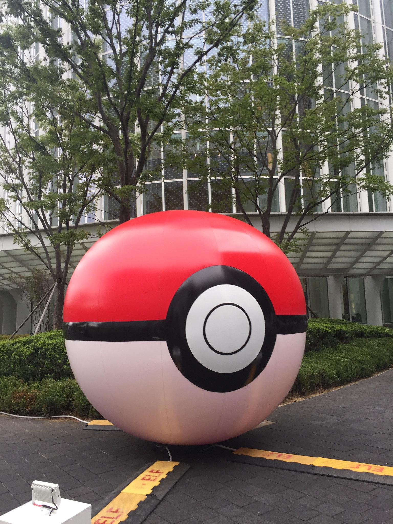 keb_hana_bank_and_sk_telecom_pokemon_go_week_at_pokemon_fest_2018_giant_poke_ball