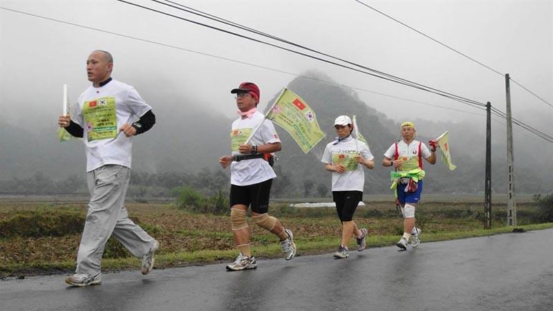 Y.M. Bhiksu Jino (kiri) melakukan maraon amal di Vietnam tahun 2012.