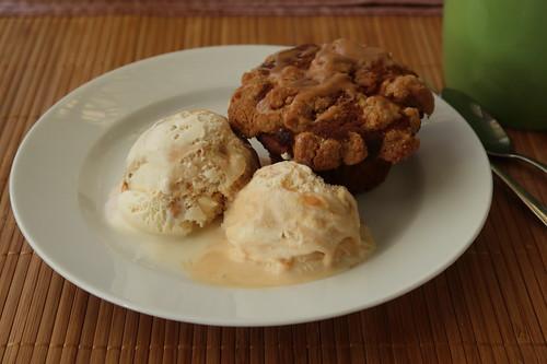 Apfel-Kürbis-Muffin mit Mövenpick Salted Caramel Eis