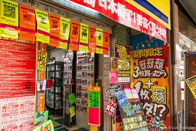 Típica tienda de Den Den Town, con reclamos para atraer a clientes